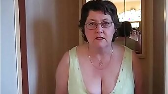 Mistress Sue Pees in Toilet